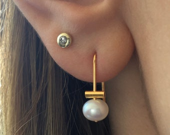 Freshwater pearl earring. Pearls on a wire of gold. Dangle earrings, you can wear them for every occasion.