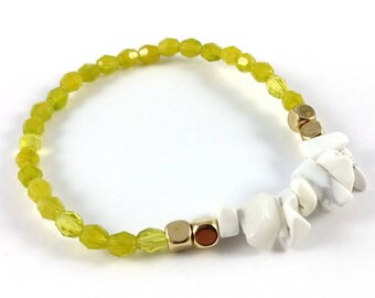 Howlite chip, gold & green faceted bead bracelet