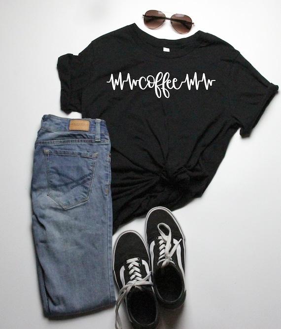chemises, chemises femmes café maman, chemises pour maman, chemises pour les amateurs de café, alimentées par le café, t-shirts graphiques, chemise de battement de coeur de café