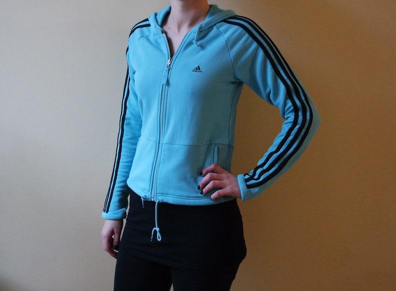c4dd0a82876ca Giacca blu ADIDAS Sport Tracking giacca leggera blu Adidas Activewear tre  strisce blu strisce luce blu dimensioni M