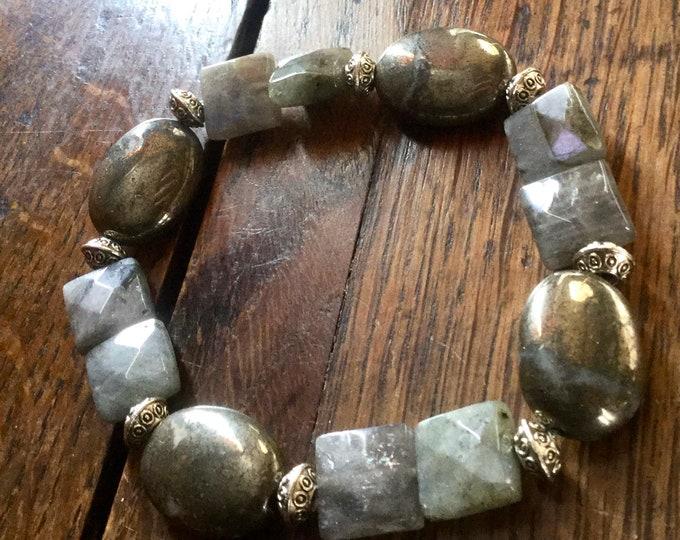 Featured listing image: Bracelet en Pyrite et Labradorite