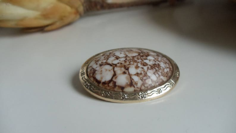 vintage brooch pin wave pattern Amazing vintage Cabouchon brooch-gold-colored vintage brooch with brown-white Cabouchon in the middle