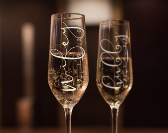 Set of 2, Wifey Hubby Wedding Champagne Flutes, Personalized Champagne Flute Wedding Favors, Custom Bride and Groom Champagne Glasses