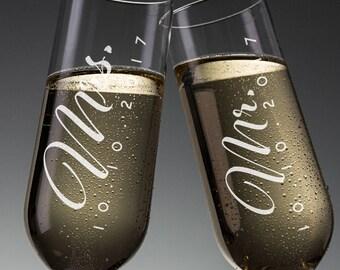 Set of 2, Mr. Mrs. Wedding Champagne Flutes, Personalized Champagne Flute Wedding Favors, Custom Bride and Groom Champagne Glasses #N3