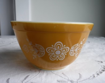 VINTAGE PYREX BUTTERFLY  gold 2, mixing bowl, 1.5 pt, 760 ml