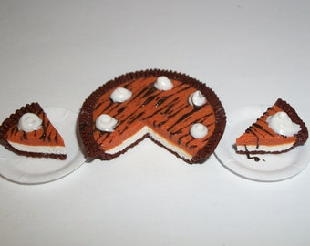1:6 Play Scale Dollhouse Miniature Pumpkin Cream Pie Dessert Doll Food ~ see Barbie hand for reference to size 1118