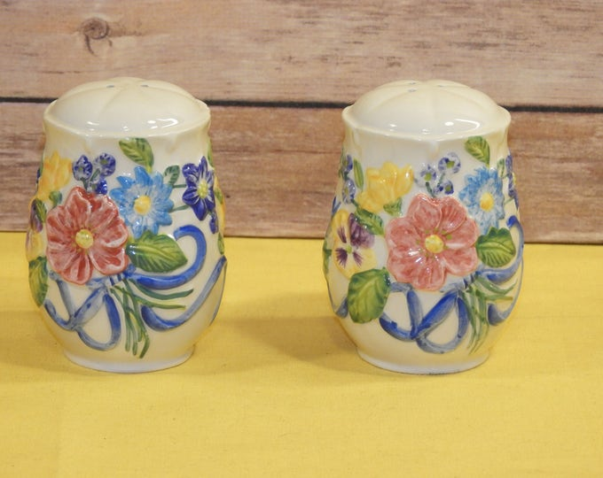 Vintage Spring Flowers Salt and Pepper Shakers, Floral Red Blue Yellow Green Serving, Dome White Saltz and Pfeffer Shaker, Embossed Kitchen