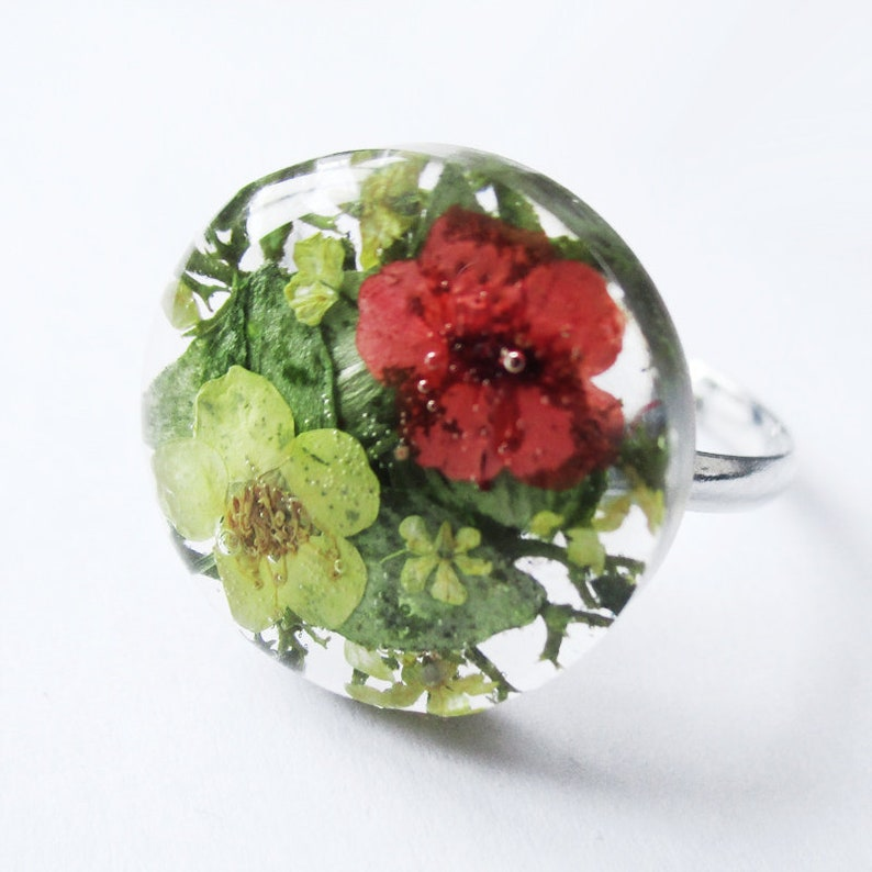 Round vegetable ring Octavia green-red flowers and resin nature jewelry of natural dried flowers