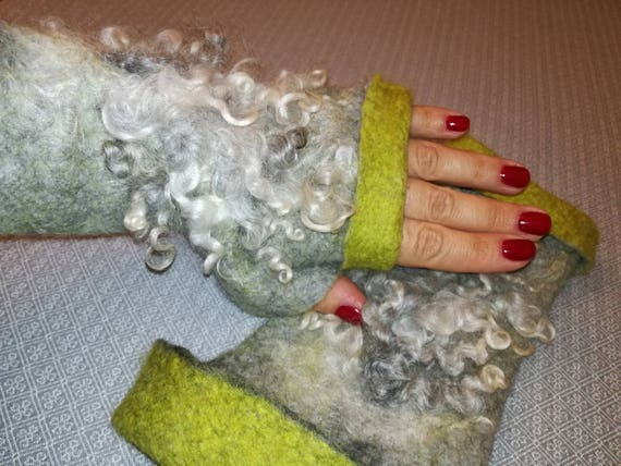 Light Merino Wool mittens with strands of Gotland