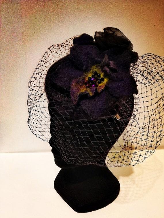 Chapeau en laine merinos avec une orchidée noir, rose en soie et voile
