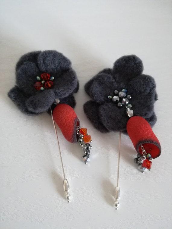 Broche en laine feutrée avec cocon ver à soie avec des perles en verre de Swarovski.