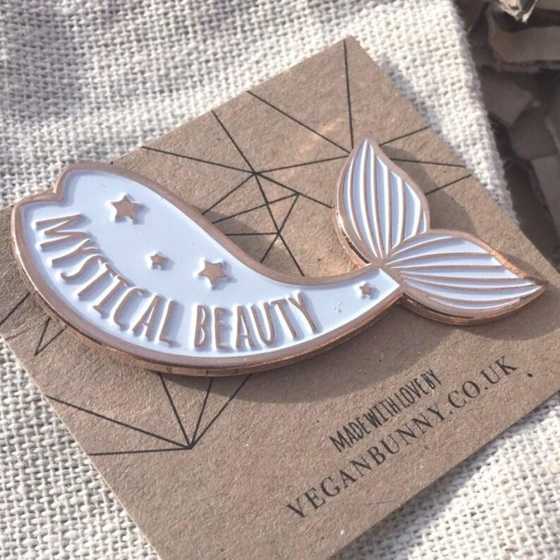 1e1226e0a424cd Zeemeermin glazuur Pin mystieke schoonheid Badge in Rose
