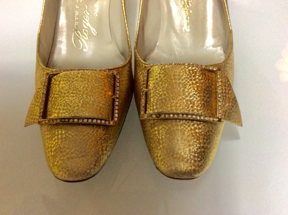 Roger Vivier 1960 shoes / Gold pumps with rhinesto