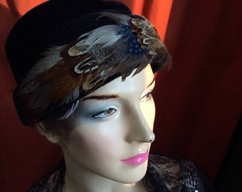 Black felt 1950 hat with feathers / vintage post-war bell hat