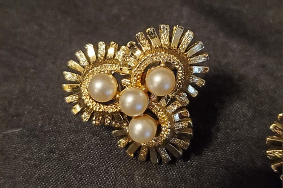 Vintage 1950s/1960s Coro gold and pearl earrings/… - image 3