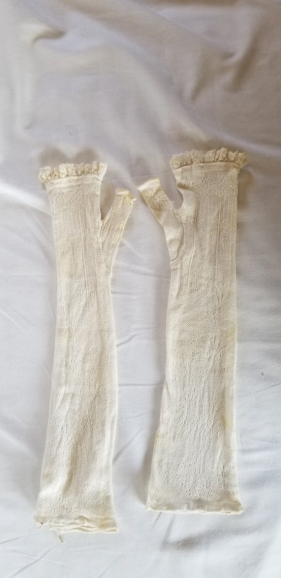Vintage edwardian white lace fingerless gloves//An