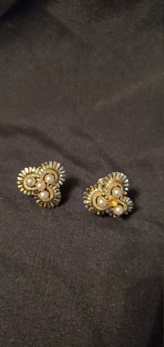 Vintage 1950s/1960s Coro gold and pearl earrings/… - image 1