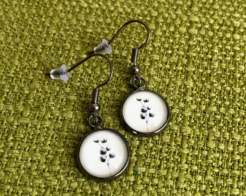 simple earrings in black silver with chic flower print in image 0