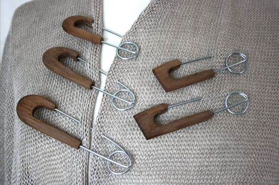 Spilla pin in legno di sicurezza in varie dimensioni, colore marrone tortora, gioielli ago in forma angolare e rotonda, maglieria scialle pin
