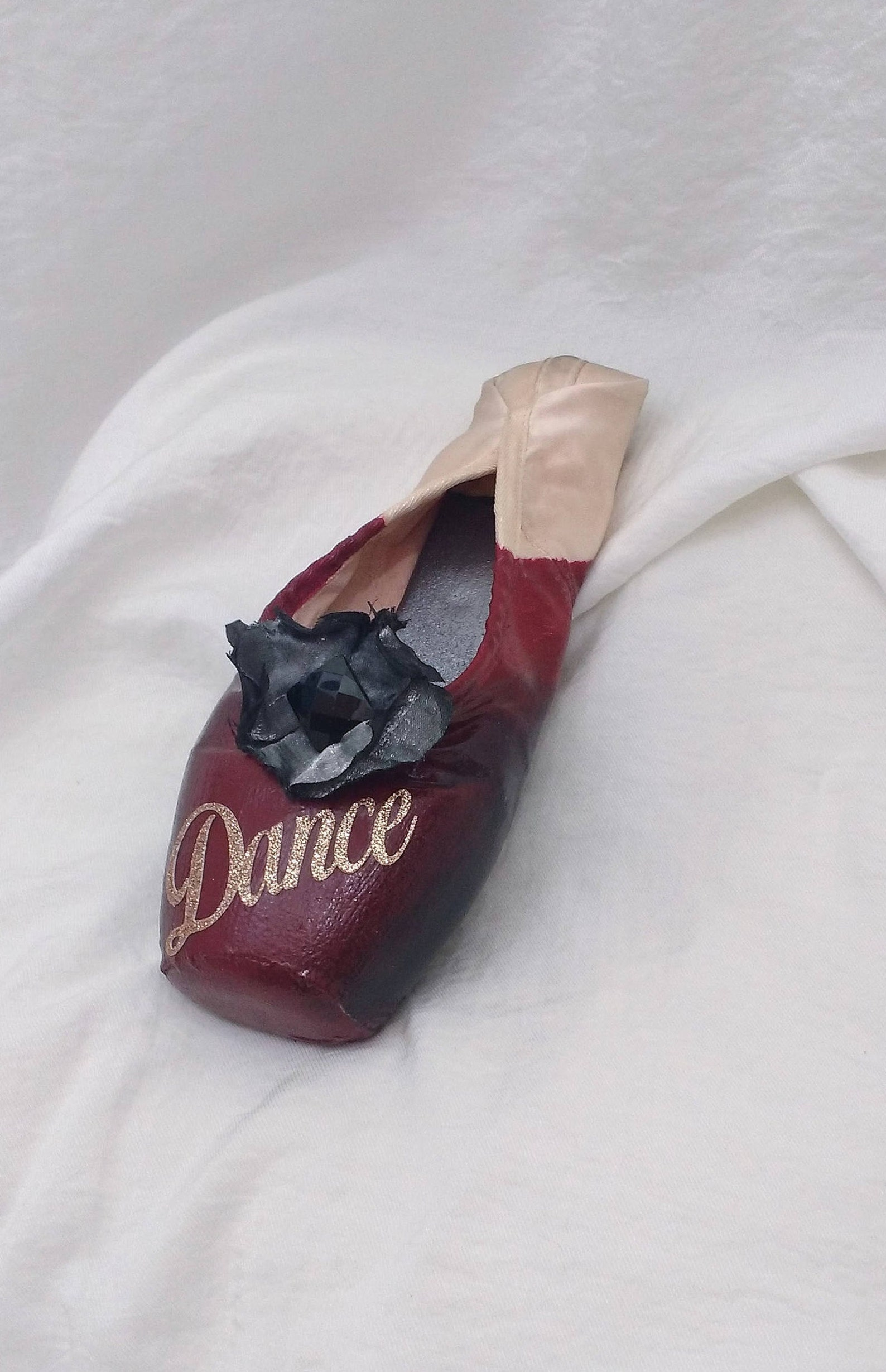 maroon dance decorated pointe shoe, maroon embellished toe shoe, maroon decorated ballet shoe, decorated classical ballet pointe