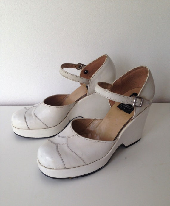 Gorgeous pair of white platforms // 70s Wedge Shoe