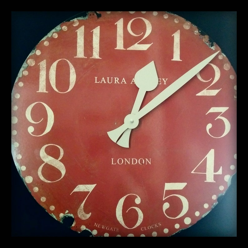 Énorme! 50cms LONDON MARKET Clock par Laura Ashley - Newgate, Oversize vintage Shabby-chic Red Wall Clock, Ideal Prop for Shop, Home, Man-cave