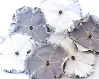 Vanity Flower - fleur en tissu, vanité, broche fleur textile. Broche coquelicot, broche brodée, tête de mort. Gris, blanc, argent.