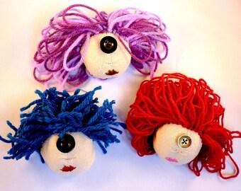 Cyclope - poupée chiffon, broche textile, broche brodée, personnage en tissu fait main, pièce unique