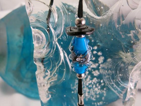 Long collier  avec perle de verre filé au chalumeau, bleu et noir.  Bijou unique. Verre de Murano..!!!