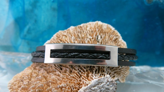 Black leather strap for men. Stainless steel magnetized clasp.