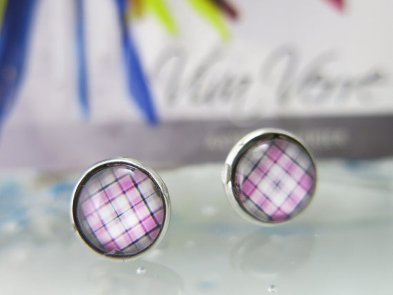 Round ear chip 12mmx12mm.  Cabochon made of glass.  Stainless steel rod.