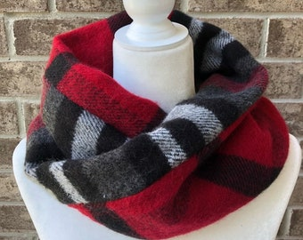 The MOBIUS TWIST Reversible Plaid Cowl - Black/Grey/Charcoal/Red