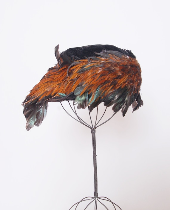 Vintage 1920s velvet and feather hat / asymmetrica