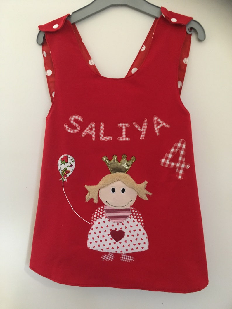 Reversible dresshanging to grow along with applique princess gr.8086
