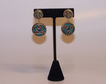 Coloured round earrings with coral, turquoise and lapis lazuli