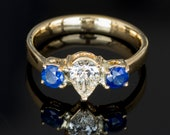 Ring -  Yellow gold 18k/750 - Natural white pear diamond of 0.52 ct. - AIG Report -  Blue sapphires of 0.70 ct. - Size: 17.2 mm