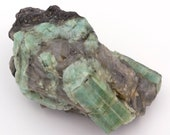 Raw emerald stone of 475 grams with matrix of black mica and quartz.