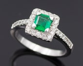 Ring - White Gold 18k/750 - Green square emerald of 0.45 ct. - Diamonds 0.30 ct. - Size: 17.3 mm. - HRD jewellery report.