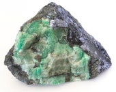 Big crystal of green emerald on black mica and quartz. - Weight: 964 grams.