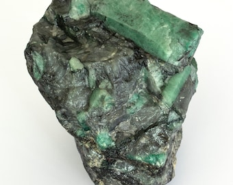 Great natural emerald of 1614 grams on black mica and quartz.