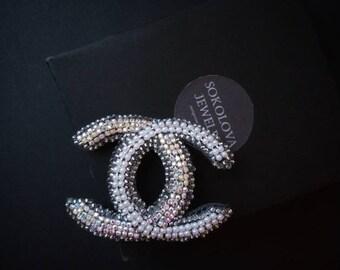ae3f9bccc00 Blanc et argent broche Chanel avec strass fait à la main