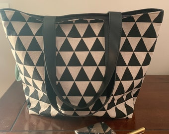 Cotton linen-coloured bag with a geometry pattern