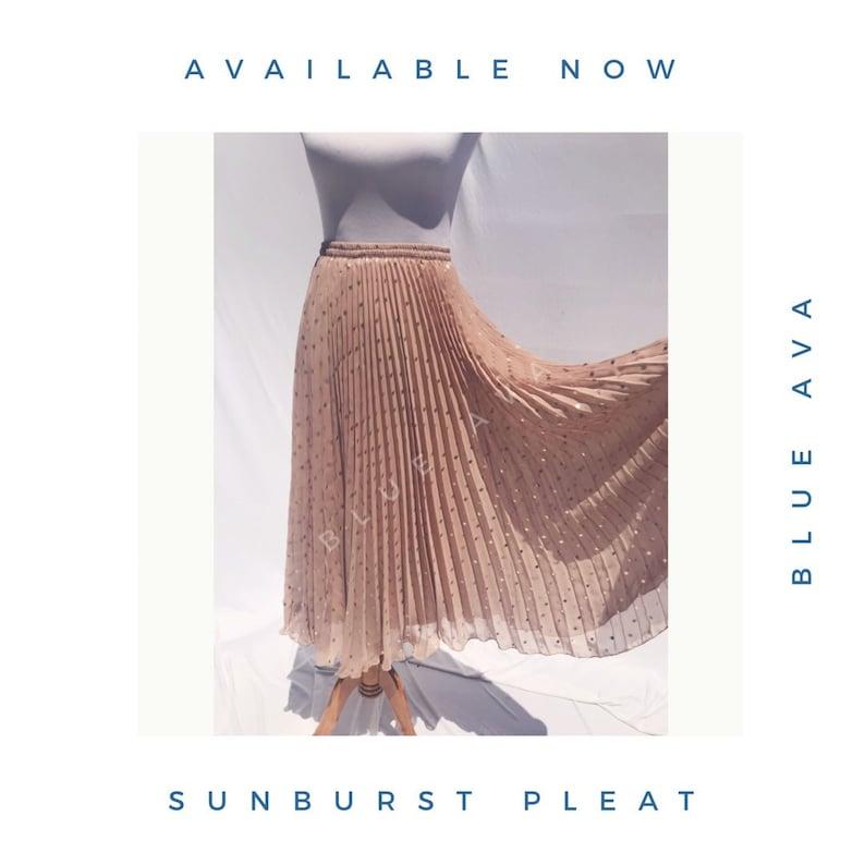 Frau nackt mit Goldfolie pleated Maxi Rock Sun Burst Falda