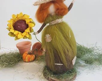 Scarecrow, garden lover, sunflowers, straw hat, needle felted Gardner, bumble bee, Waldorf inspired, soft wool, garden gifts, bookshelf