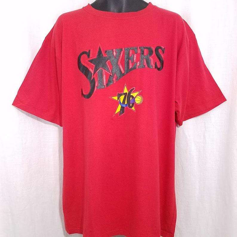 the latest 9db8b 29e87 Philadelphia 76ers Nike T Shirt Vintage 90s Sixers Crew Neck Red Mens Size  2XL