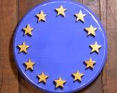 signe de l'union européenne en bois et peint en bleu.