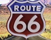 Panneau emblématique de la Route 66 américaine en bois et peint en rouge, blanc et bleu.