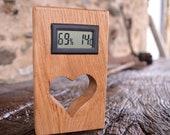 Beau thermomètre en bois de chêne avec un coeur Saint-Valentin pour le romantique. Beautiful Oak Wooden Thermometer with a Valentines Heart