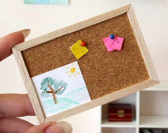 Miniature bulletin board with memory cards, self-adhesive dollhouse note cork board message decor wall hanging desk decoration diorama