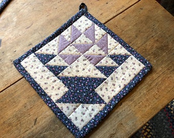 quilted, basket design,  hot pad, pot holder, wall hanging, 10 inches square, basket pattern.
